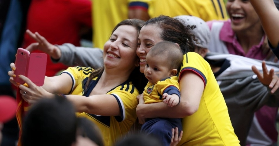 Torcedoras da Colômbia tiram fotos durante treino da seleção em Cotia