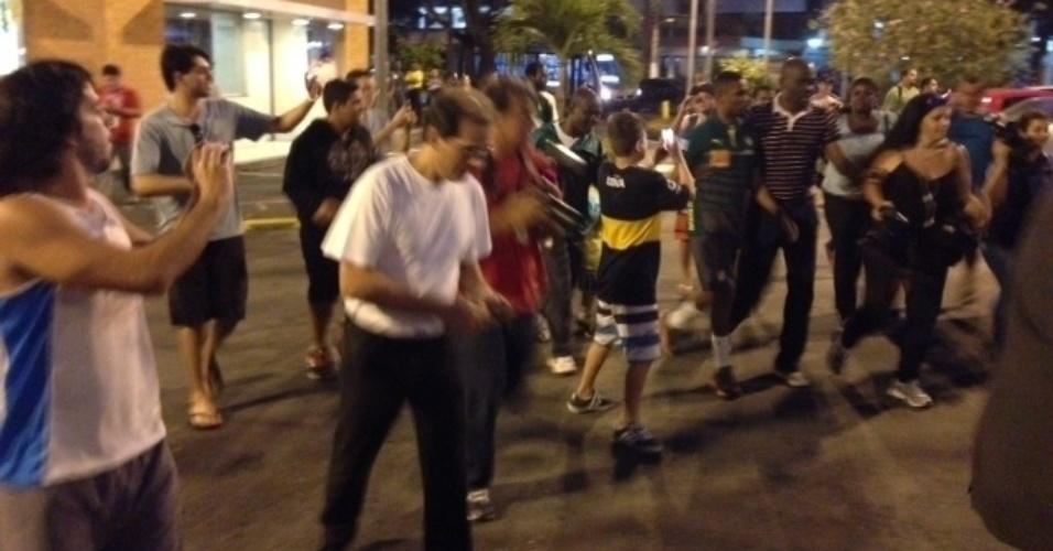Torcedores cercam Samuel Eto'o enquanto o atacante deixa o hotel em Vitória