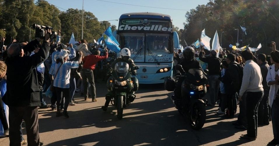 Torcedores recepcionam delegação da Argentina no aeroporto de Ezeiza, antes do embarque para o Brasil