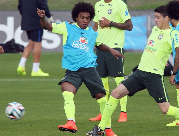 Willian e Oscar disputam bola no treinamento