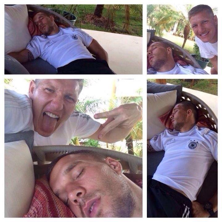 09.jun.2014 - Bastian Schweinsteiger tira sarro do 'dorminhoco' Lukas Podolski na concentração da Alemanha
