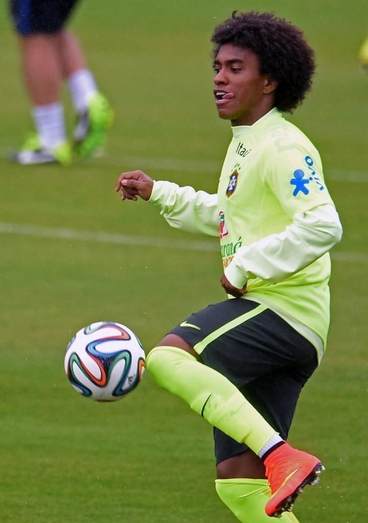 10. jun. 2014 - Willian tenta domínio de bola em treino da seleção brasileira, em Teresópolis