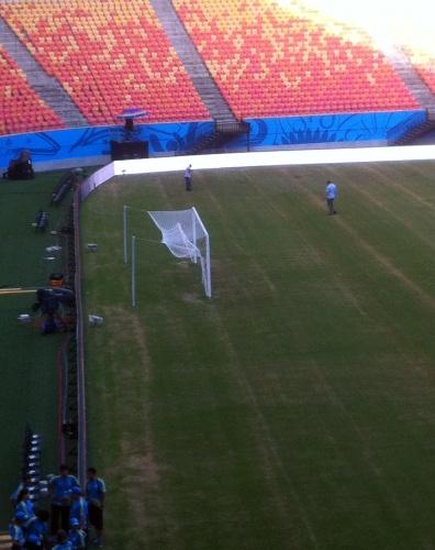 10.jun.2014 - Arena Amazônia, palco de Inglaterra x Itália, está com o gramado longe do ideal a poucos dias do confronto entre as duas seleções. Jornalistas a AFP afirmam que a situação é deplorável