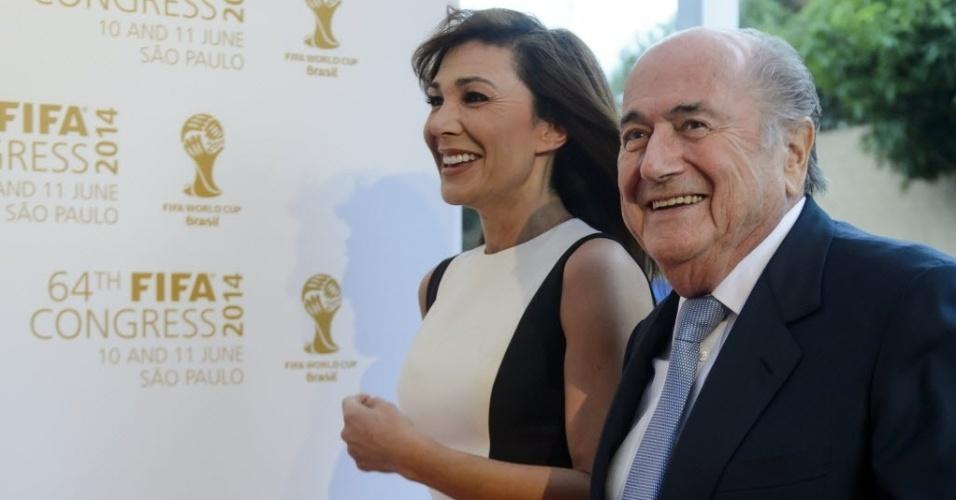 10.jun.2014 - Joseph Blatter chega ao lado de Linda Barras ao Congresso da Fifa em São Paulo