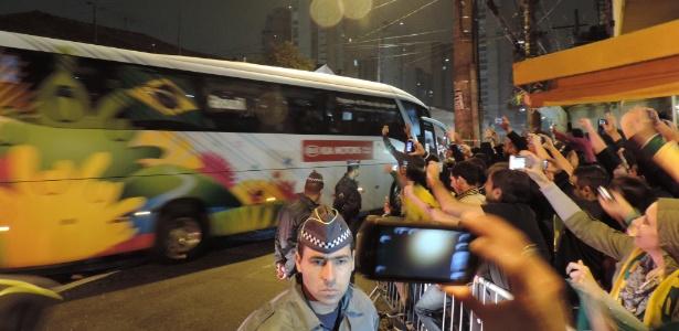 10.jun.2014 - Ônibus da seleção brasileira chega a hotel em São Paulo