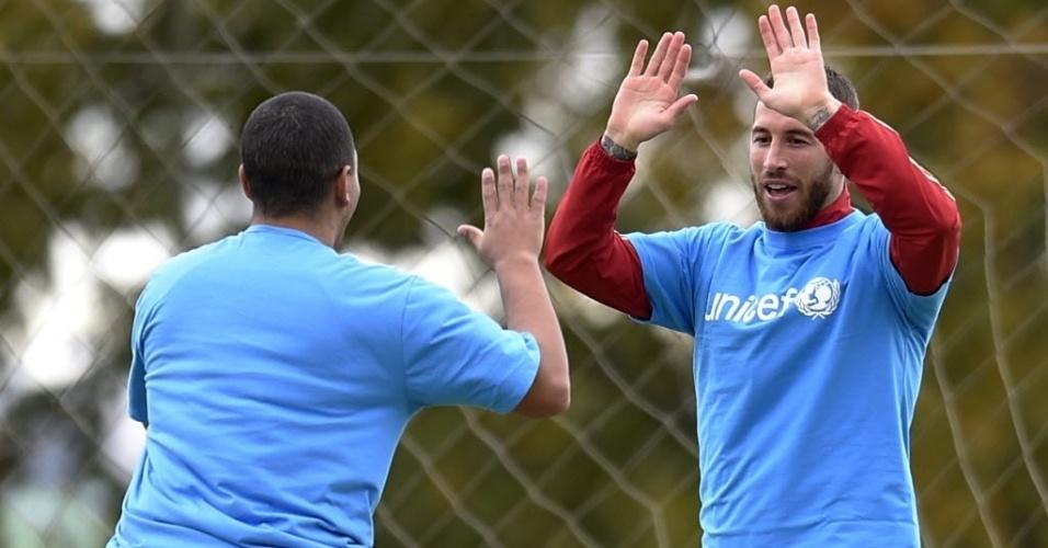 10.jun.2014 - Sergio Ramos, zagueiro da Espanha, joga futebol com algumas crianças depois de ser nomeado embaixador do Unicef