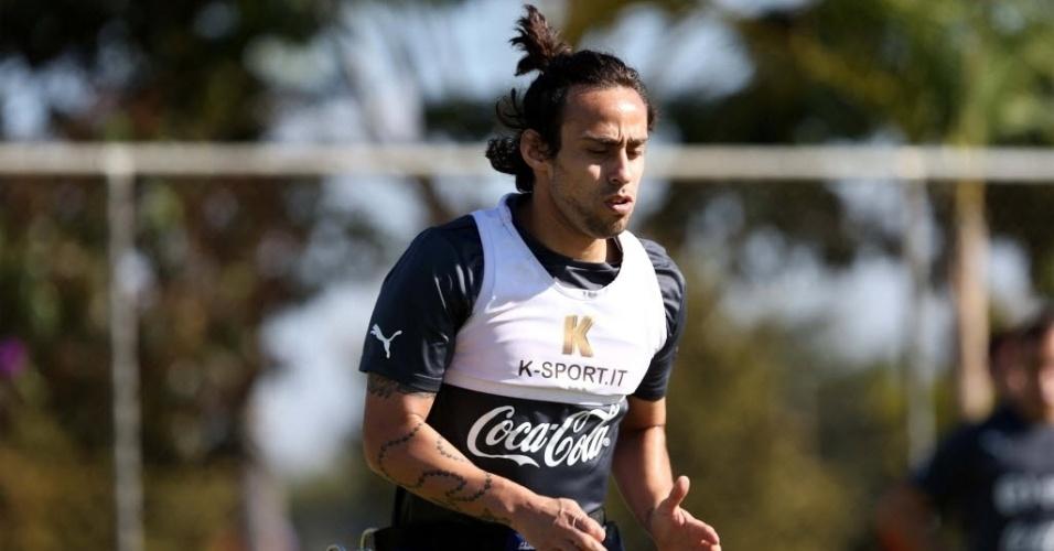 10.jun.2014 - Valdivia, meia do Palmeiras, treina com a delegação do Chile em Belo Horizonte