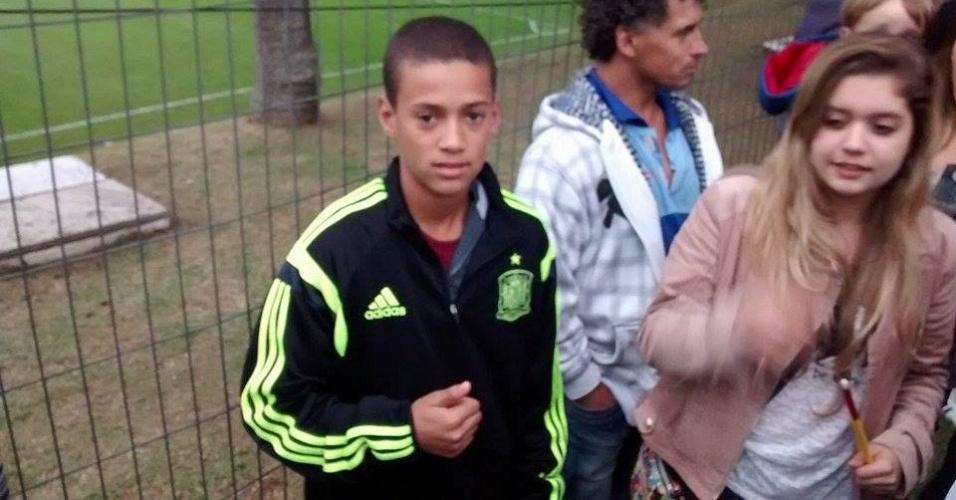 10.jun.2014 - Vinicius, garoto que invadiu o treino da Espanha e ganhou camisa de Piqué