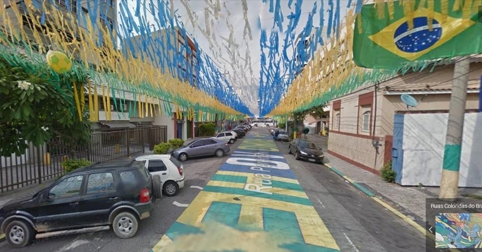 Bandeiras e pinturas decoram a rua Pereira Nunes, em Vila Isabel, no Rio