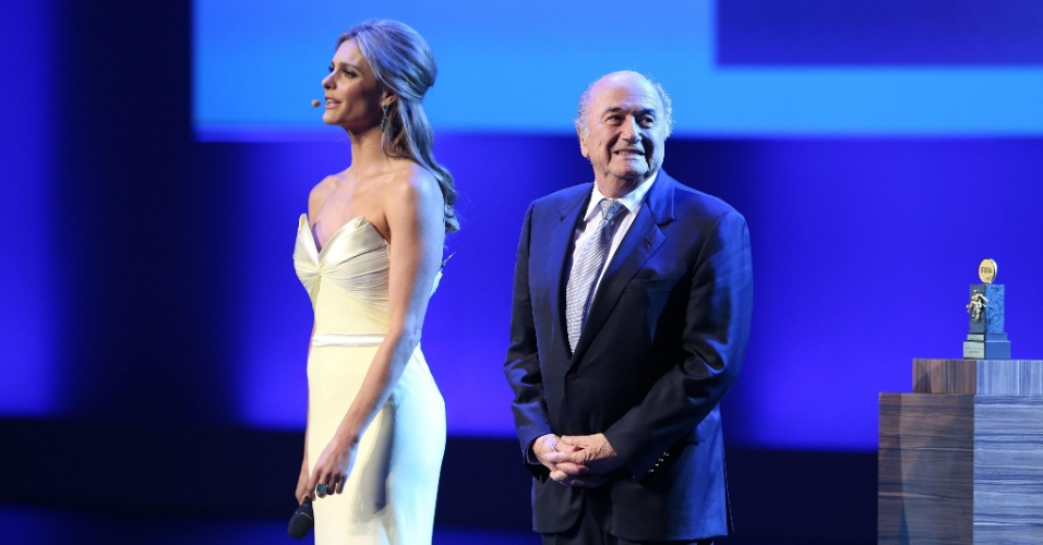 Blatter ao lado de Fernanda Lima no Congresso da Fifa