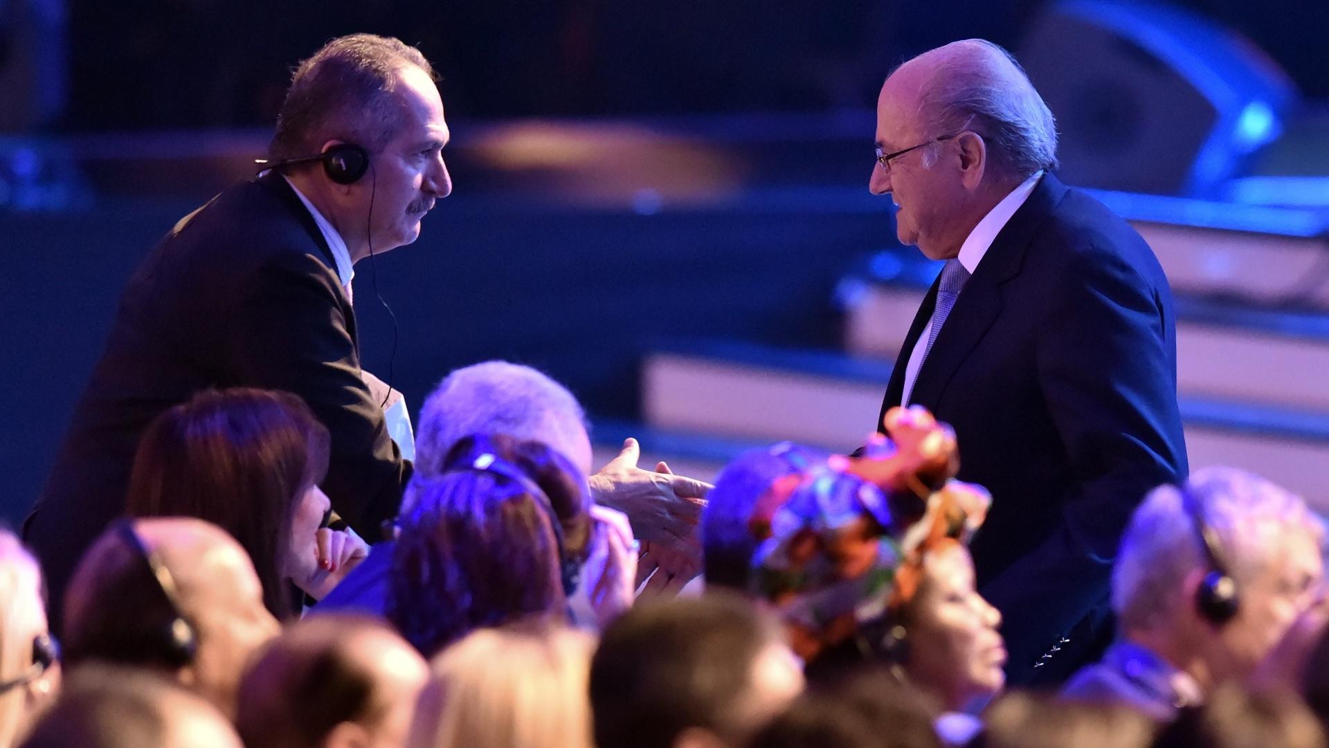 Blatter cumprimenta o ministro do Esporte do Brasil, Aldo Rebelo