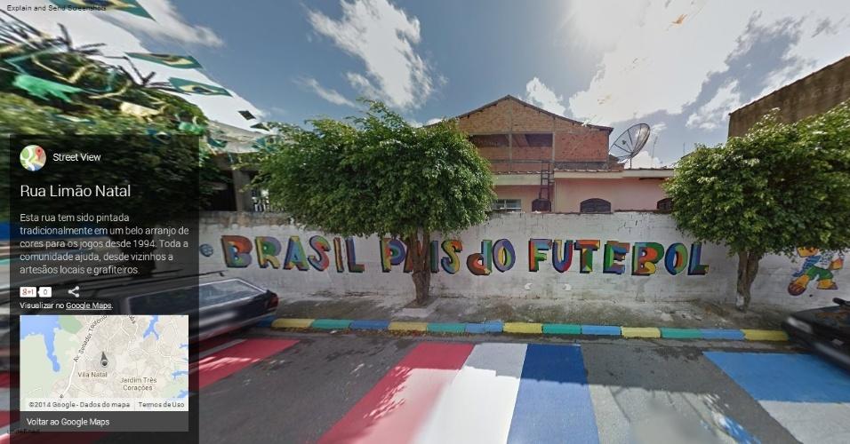 """""""Brasil, o país do futebol"""", frase pintada em muro da rua Limão Natal, na zona sul de São Paulo"""