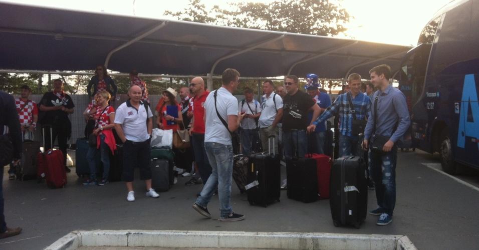 Cerca de 270 torcedores croatas desembarcam no aeroporto de Viracopos,após voarem em avião fretado direto de Zagreb