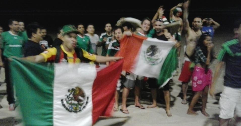 Cerca de cinquenta mexicanos participaram de confraternização nas areias de Ponta Negra, em Natal. Seleção chega a Natal na noite de quarta-feira