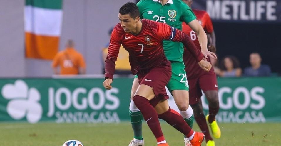 Cristiano Ronaldo avança com a bola para Portugal em amistoso contra a Irlanda