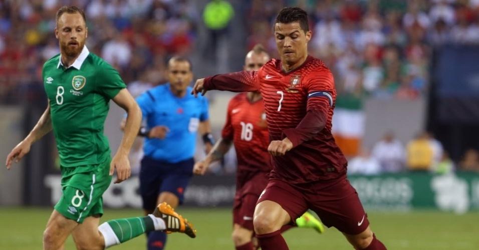 Cristiano Ronaldo tenta chute de esquerda no amistoso entre Portugal e Ielanda
