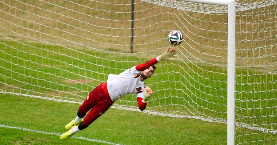 De Gea pula para fazer defesa em treino da Espanha em Curitiba