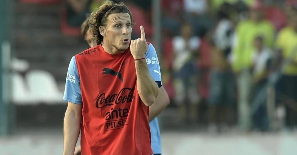 Diego Forlán gesticula em treino do Uruguai nesta terça-feira