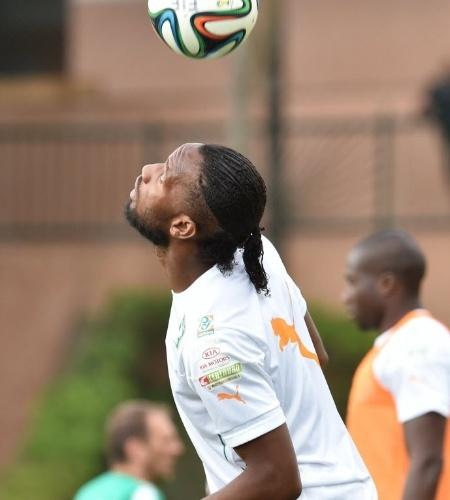 Drogba faz embaixadas com a cabeça durante treino da seleção da Costa do Marfim