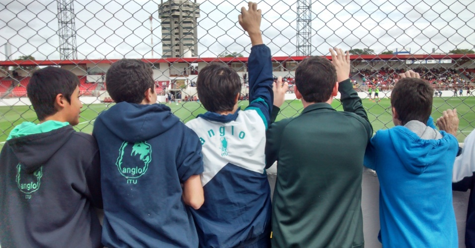 Estudantes faltaram na escola para poderem ver de perto o treino da seleção da Rússia