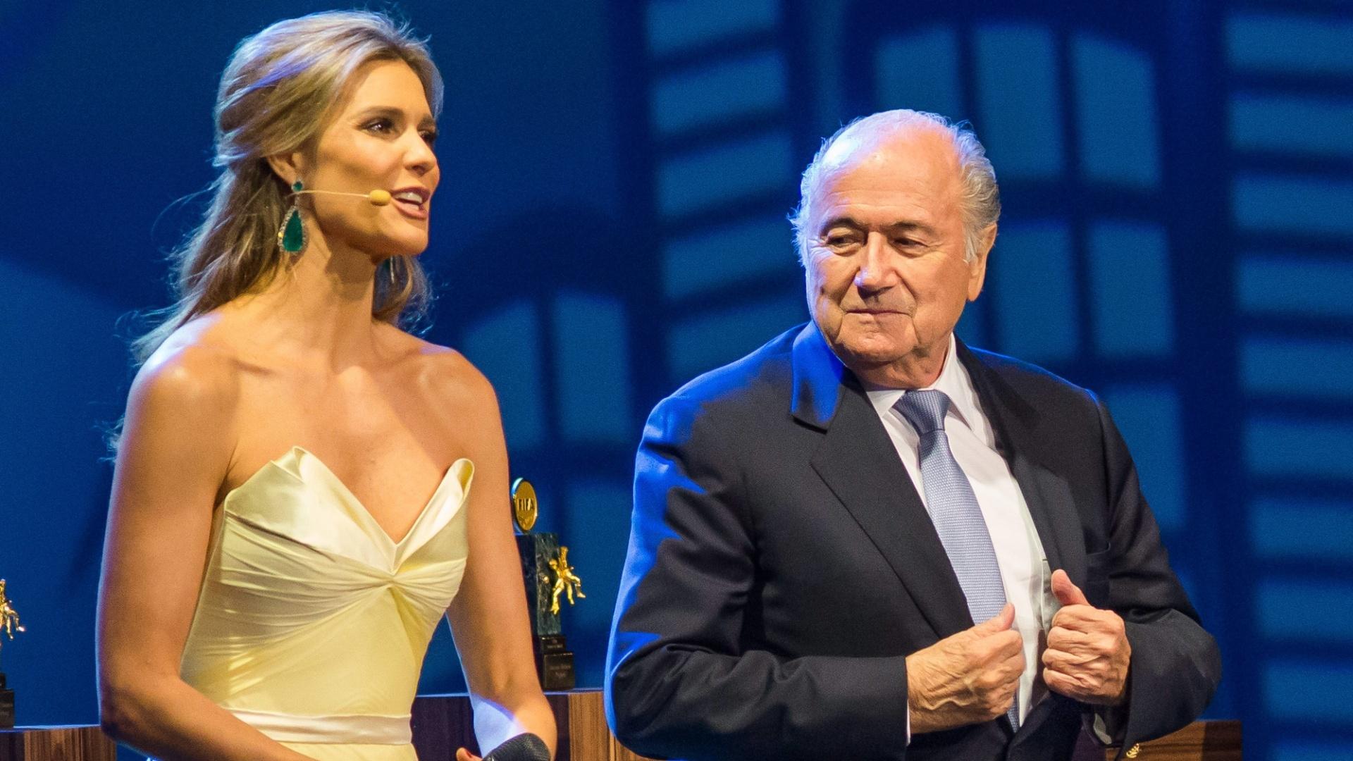 Observada por Blatter, Fernanda Lima discursa no Congresso da Fifa