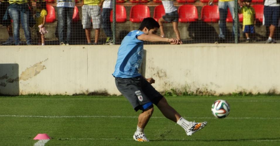 Luis Suárez chuta a bola em treino aberto do Uruguai em Sete Lagoas