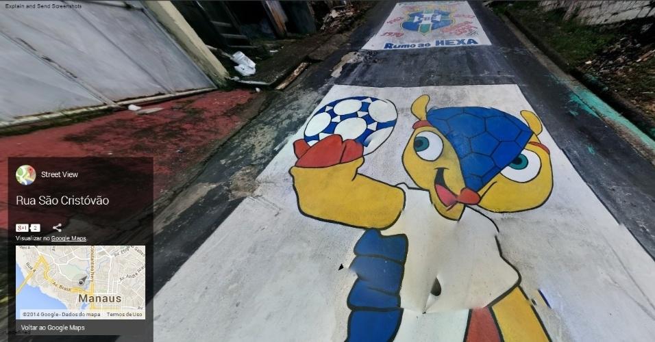 Mascote Fuleco no asfalto da rua São Cristóvão, em Manaus