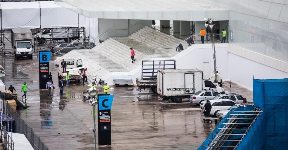 Movimentação de operários ainda é grande no Itaquerão; estádio será palco da abertura da Copa do Mundo