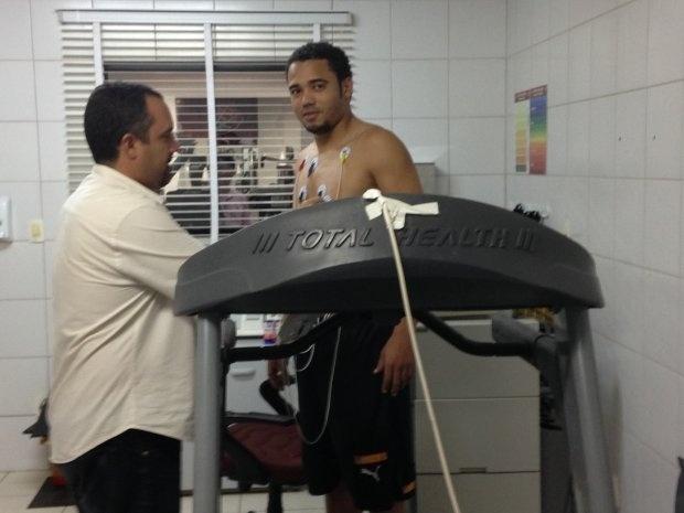 O volante Adriano realiza uma bateria de exames antes de assinar com o Vitória