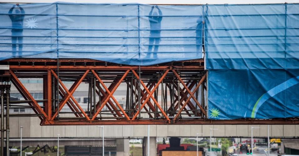 Operários instalam pano em passarela que dará acesso ao estádio Itaquerão