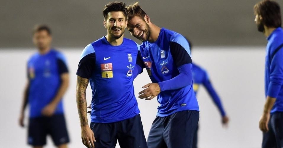 Os gregos Kone (e) e Tachtsidis brincam durante treino da equipe europeia em Aracaju