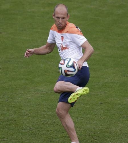 Robben faz embaixadinhas durante treino da Holanda no Rio de Janeiro