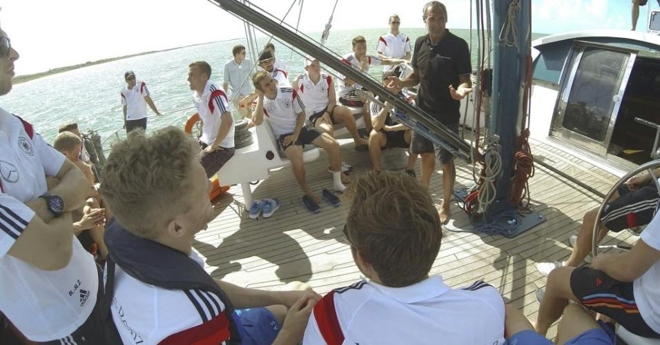 Seleção alemã passeia de escuna pelo mar baiano