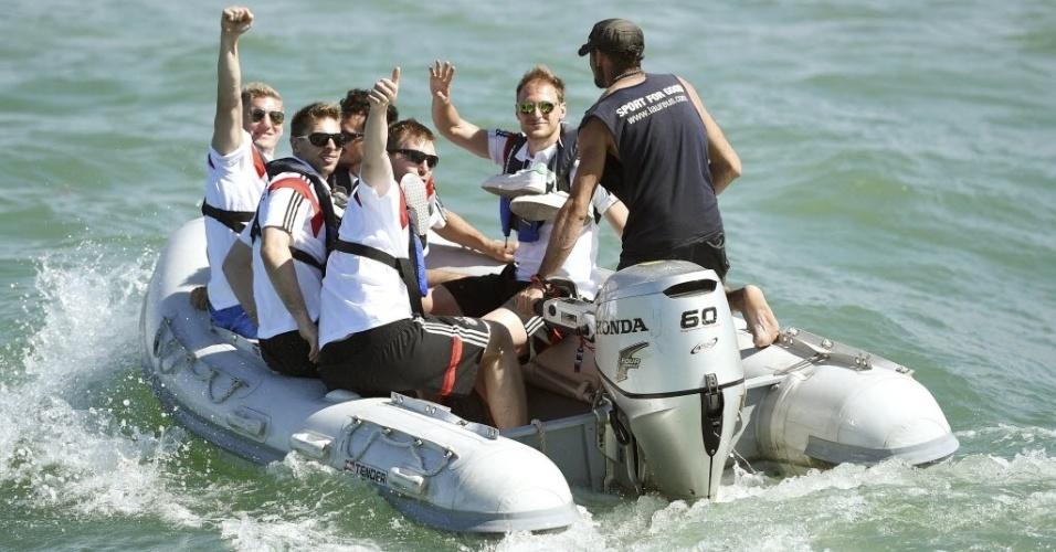 Seleção alemã se dirige para escuna na qual passeou na manhã desta terça na Bahia