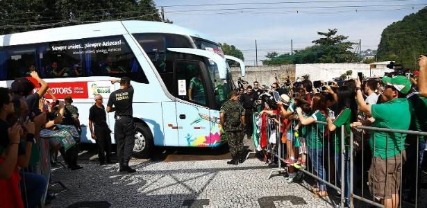 Ônibus da seleção mexicana foi obrigado a trafegar na contramão para chegar ao treino no CT Rei Pelé
