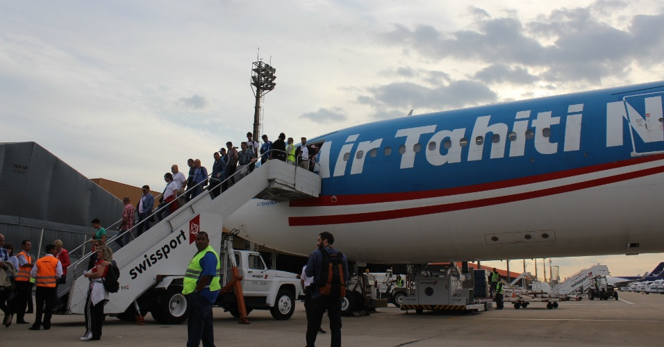 Torcedores croatas desembarcam no aeroporto de Viracopos,após voarem em avião fretado direto de Zagreb
