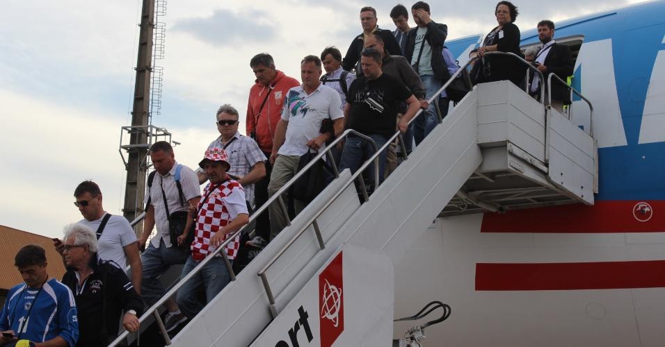 Torcedores croatas (e um com a camisa da Bósnia) desembarcam no aeroporto de Viracopos,após voarem em avião fretado direto de Zagreb