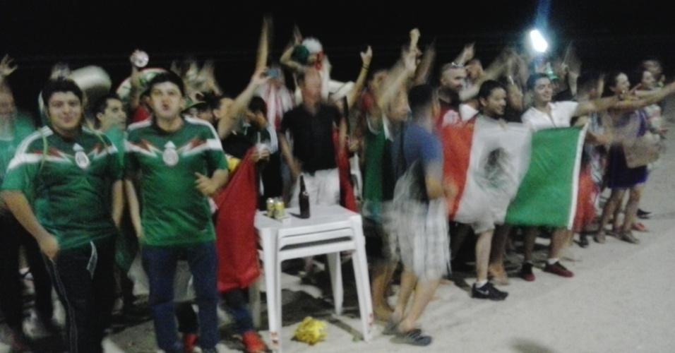 Torcedores mexicanos fazem festa nas areias da praia de Ponta Negra, em Natal, nesta terça. Seleção mexicana estreia no Mundial na sexta, contra Camarões, na Arena das Dunas