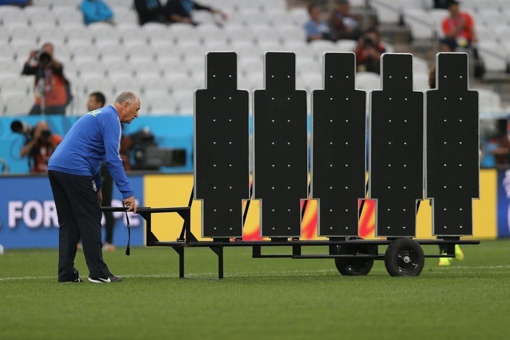 11. jun. 2014 - Felipão ajeita barreira para treinamento de cobrança de falta da seleção brasileira
