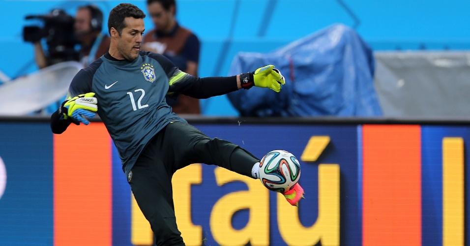 11. jun. 2014 - Júlio César chuta bola durante o último treinamento do Brasil antes da Copa do Mundo