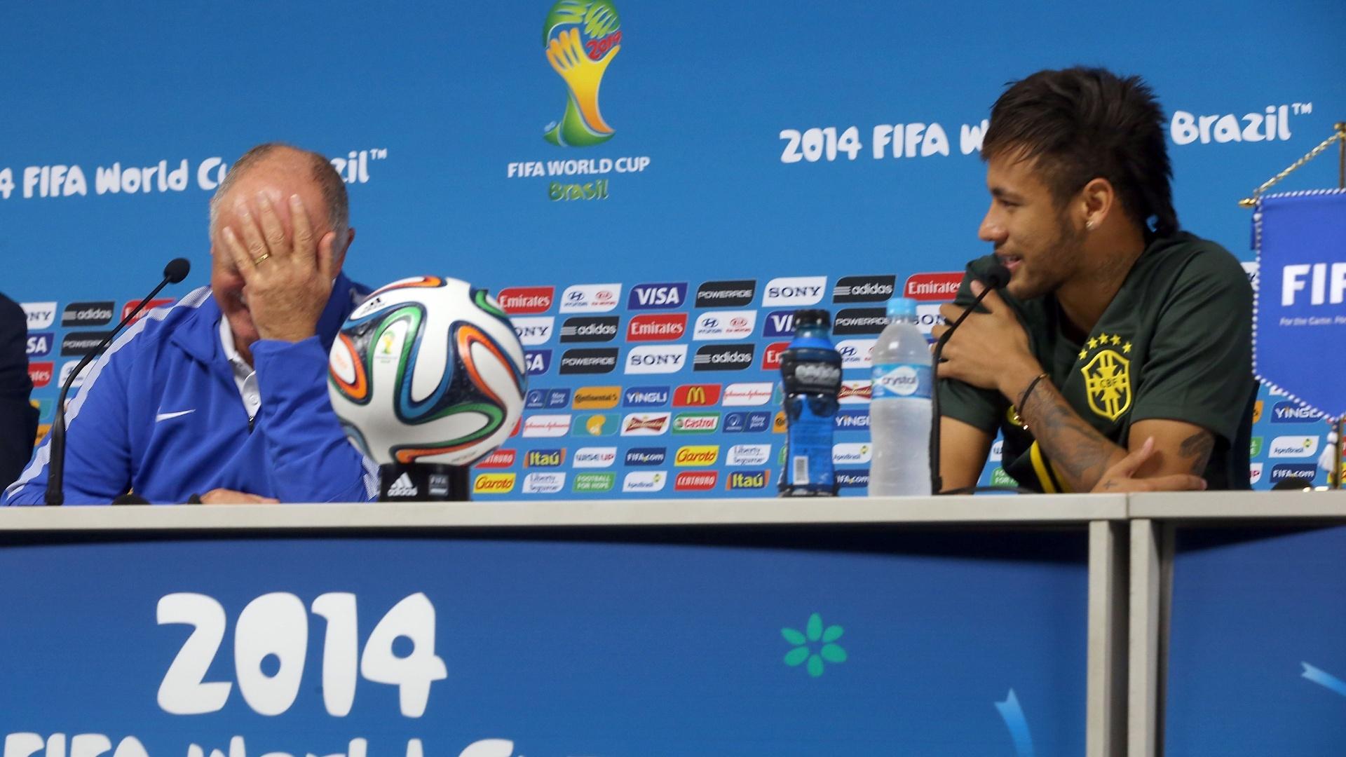 11. jun. 2014 - Neymar faz pergunta para Felipão durante coletiva: