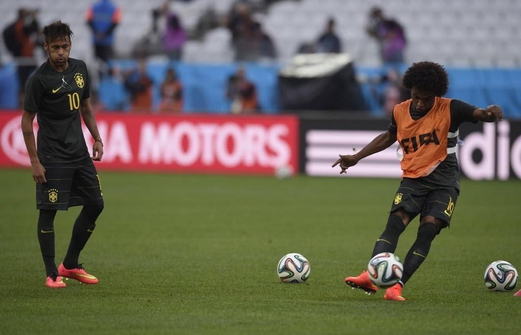 11. jun. 2014 - Willian treina cobranças de falta em treinamento da seleção, no Itaquerão