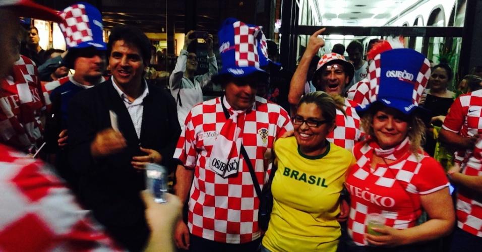 11.06.14 - Croatas tiram fotos e confraternizam com brasileiros em bar na avenida Paulista