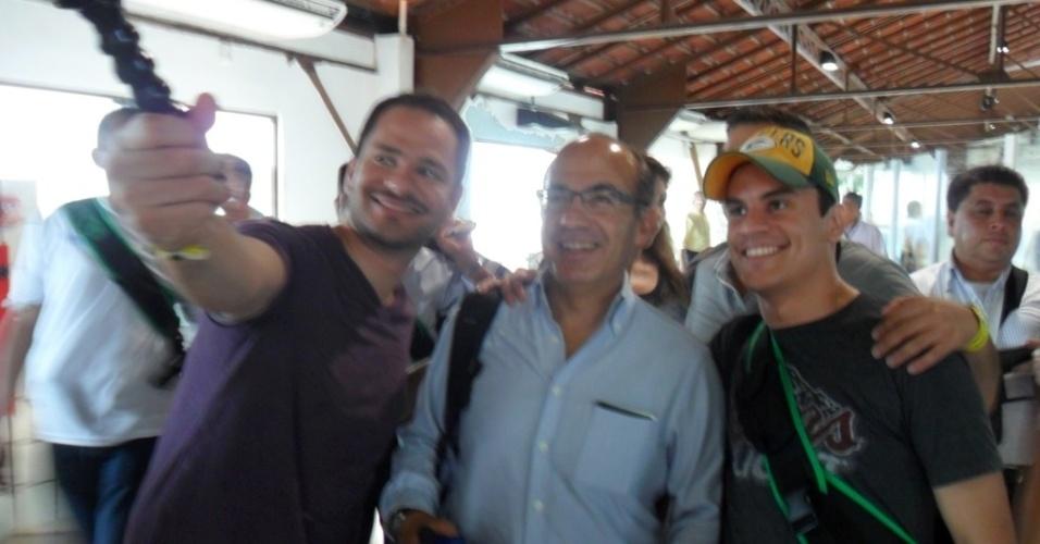11.06.14 - Ex-presidente do México Felipe Calderón tirou fotos com torcedores na chegada ao Recife