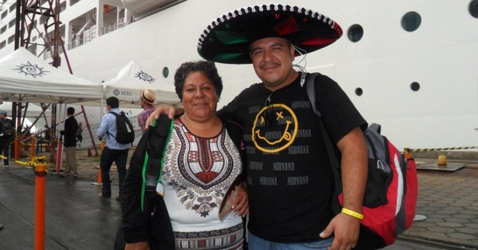 11.06.14 - Na chegada a Recife, mexicano Hugo Martinez e esposa, Silvia Estrada, se dizem confiantes na passagem de sua seleção à segunda fase