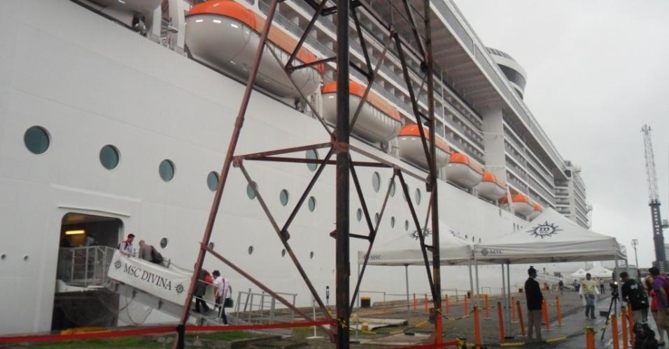 11.06.14 - Navio MSC Divina, que trouxe os mexicanos até o Porto do Recife