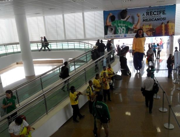 11.06.14 - Porto do Recife fez painel e trouxe boneco gigante de Ronaldinho para receber turistas mexicanos