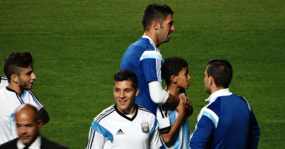 11.06.14 - Torcedores invadem treino da Argentina no estádio Independência