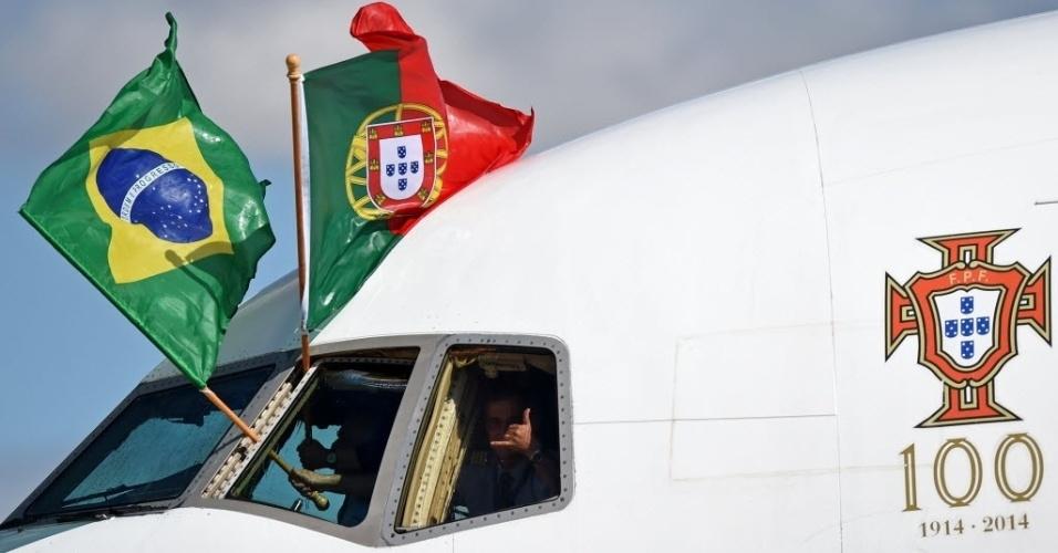 11.jun.2014 - Bandeiras de Brasil e Portugal são exibidas da cabine do avião que trouxe a delegação portuguesa até o aeroporto Viracopos, em Campinas