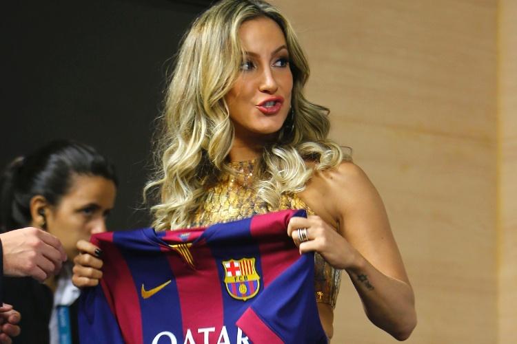 11.jun.2014 - Claudia Leitte exibe camisa do Barcelona durante entrevista coletiva da Fifa